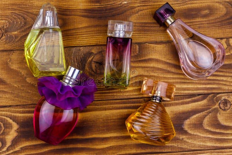 Différentes bouteilles de parfum sur un fond en bois Vue sup?rieure photos stock