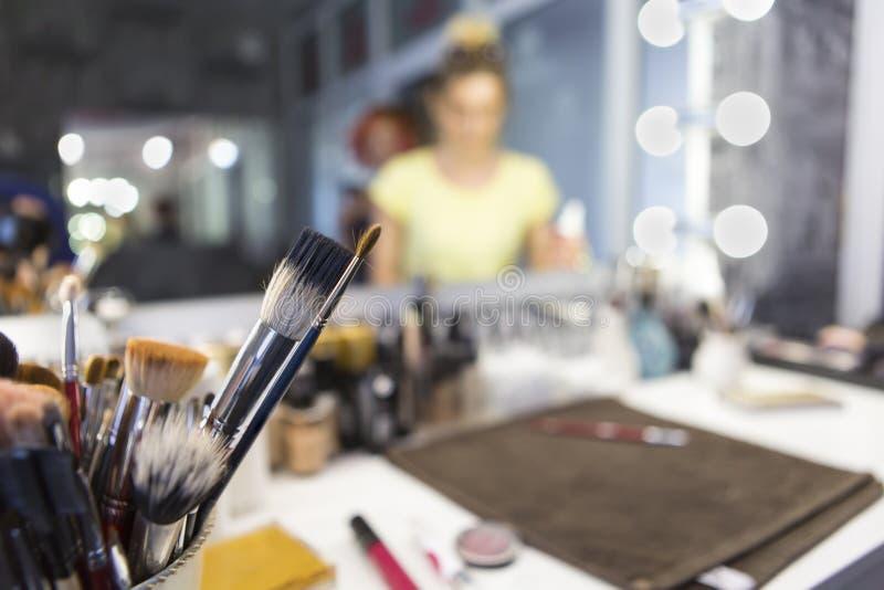 Différentes brosses pour des cosmétiques Composez la table avec la brosse professionnelle de maquillage Outils de Visagiste photo libre de droits