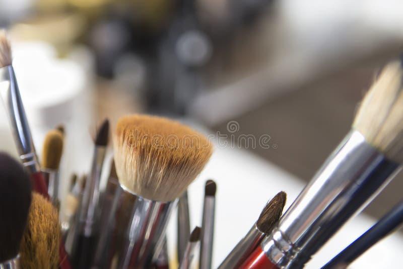 Différentes brosses pour des cosmétiques Composez la table avec la brosse professionnelle de maquillage Outils de Visagiste image stock