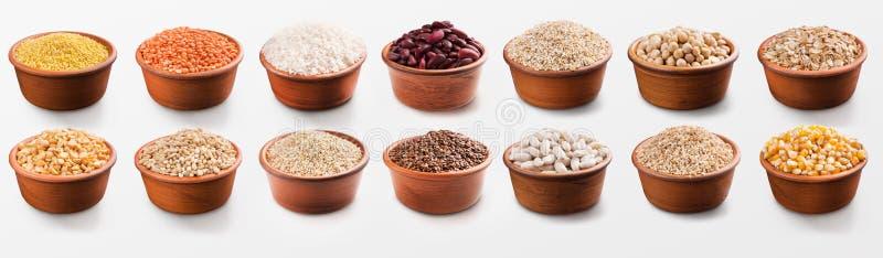 Différentes céréales, grains et haricots sains dans des cuvettes image libre de droits