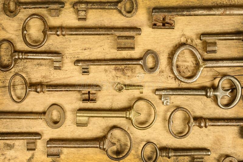 Différentes clés antiques sur un fond en bois images stock