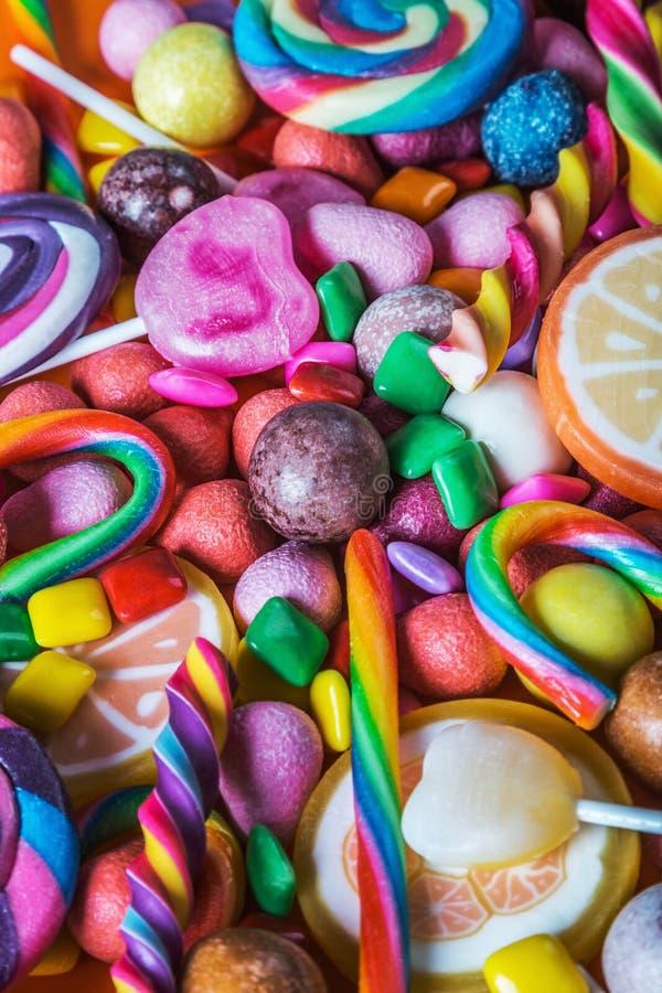 Différentes couleurs de sucrerie, de lucettes, de chewing-gum et de tout autre swee images stock