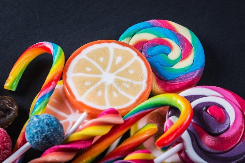 Différentes couleurs de sucrerie, lucettes, chewing-gum, guimauve a images stock