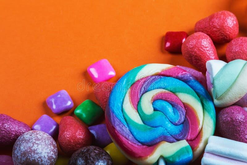 Différentes couleurs de sucrerie, lucettes, chewing-gum, guimauve a photo stock