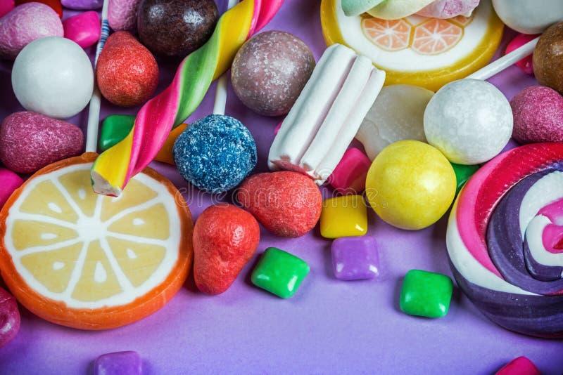 Différentes couleurs de sucrerie, lucettes, chewing-gum, guimauve a image libre de droits