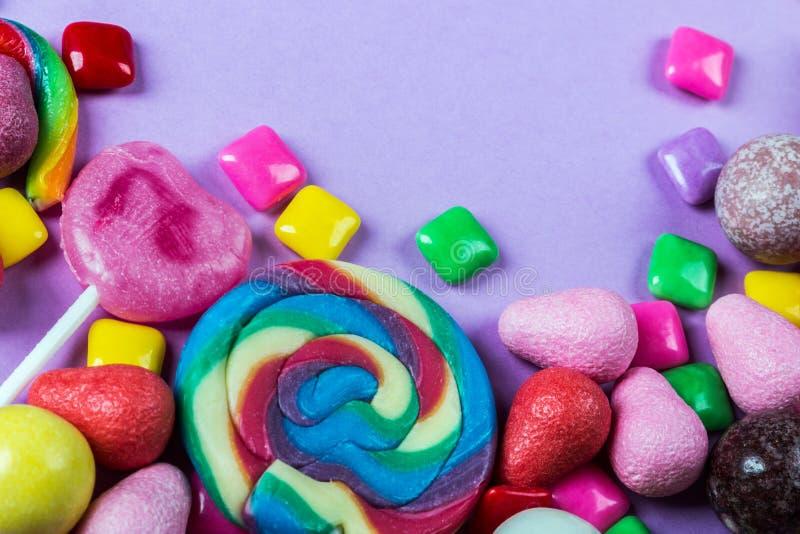 Différentes couleurs de sucrerie, lucettes, chewing-gum, guimauve a photos stock