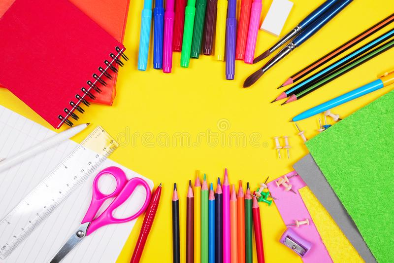 Différentes fournitures scolaires colorées sur le fond jaune De nouveau à la vente d'école, trempant le concept Copiez l'espace images stock