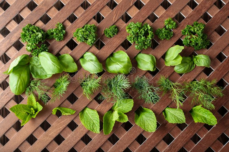 Différentes herbes sur la grille en bois image libre de droits