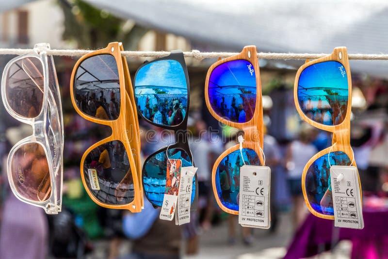 Différentes lunettes de soleil sur le marché images stock