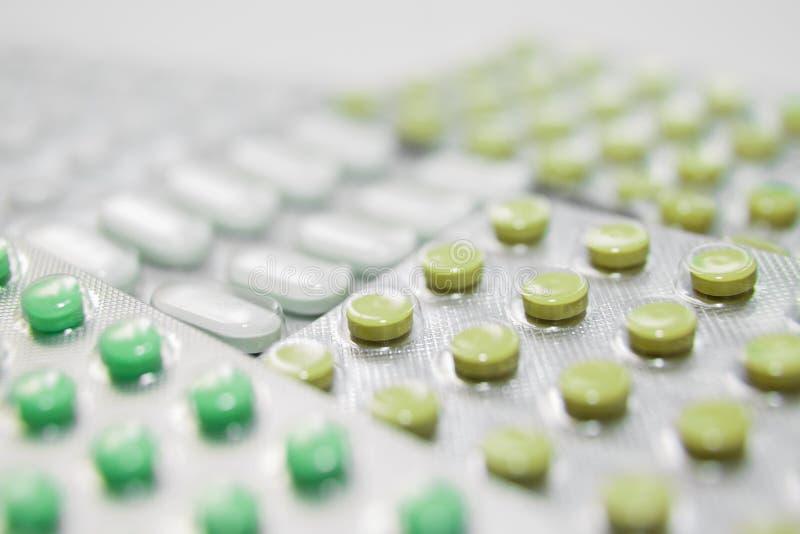 Différentes médecines : les comprimés, pilules dans le habillage transparent, médicaments dope photos libres de droits