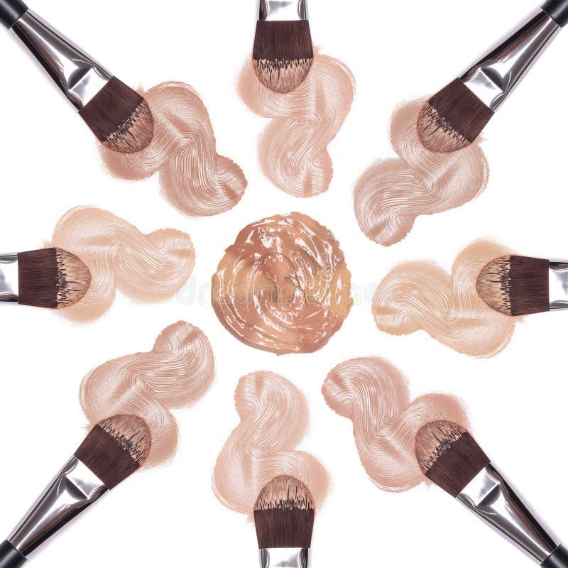 Différentes nuances de base avec des brosses de maquillage photographie stock libre de droits