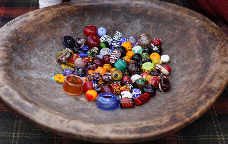 Différentes perles en verre colorées de plat en bois de vintage images stock