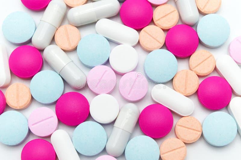 Différentes pilules colorées ou suppléments pour le traitement et les soins de santé photo libre de droits