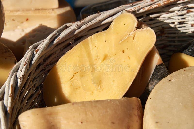 Différentes variétés de fromage dans un panier en osier image libre de droits