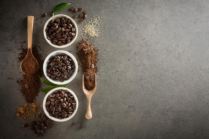Différentes variétés de grains de café avec du sucre et la feuille verte dessus images stock