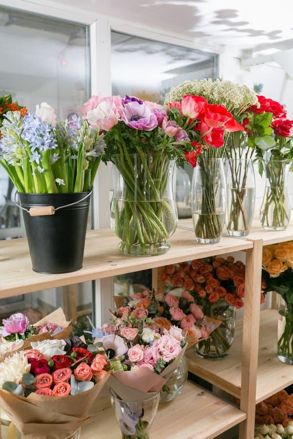 Différentes variétés Le ressort frais fleurit dans le réfrigérateur pour des fleurs dans le fleuriste Bouquets sur l'étagère, fle images stock