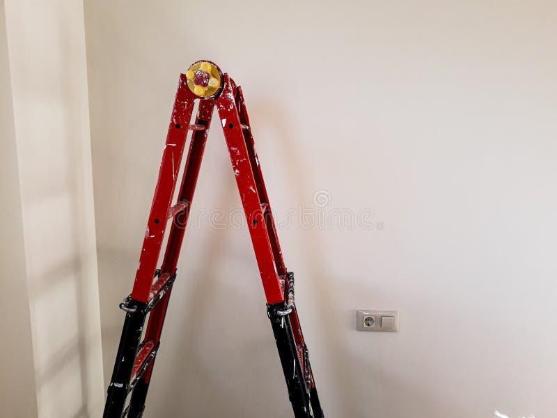 Différents angles d'un painter& x27 ; échelle de s dans une chambre d'être refourbi photos stock