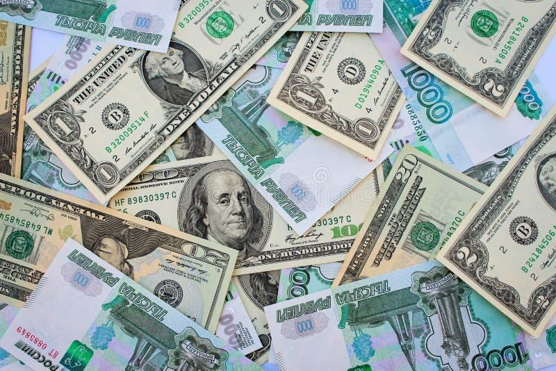 Différents billets de banque de fond de dollars US et roubles russes photos stock