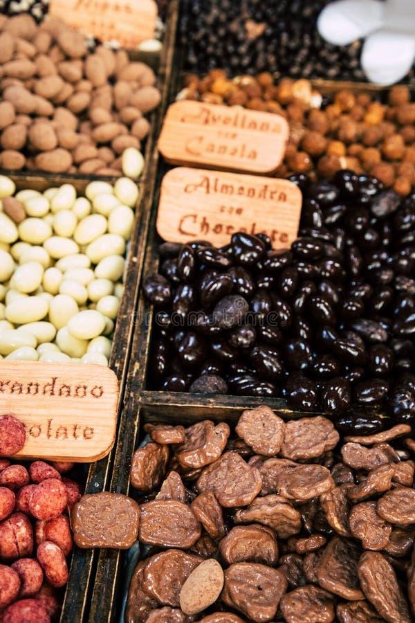 Différents bonbons au chocolat assortis sur le magasin image stock