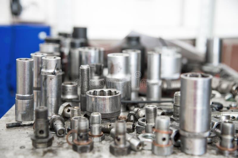 Différents boulons de carburant et clés de fin sur un établi dans un atelier de carburant image stock