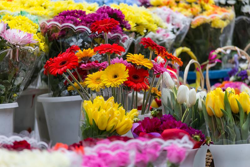 Différents bouquets des fleurs colorées sur le marché de ville photo stock