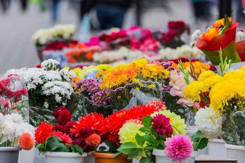 Différents bouquets des fleurs colorées sur le marché de ville photographie stock