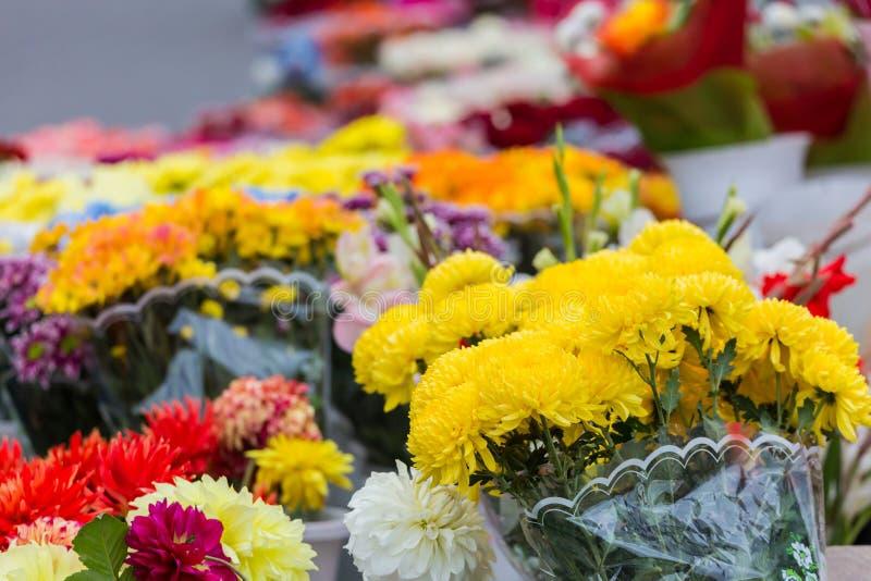 Différents bouquets des fleurs colorées sur le marché de ville photos libres de droits