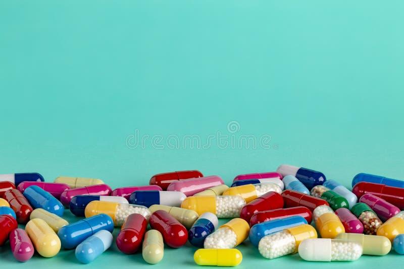 Différents capsules et pils de médecine images stock
