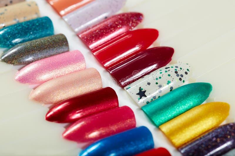 Différents clous artificiels colorés photo stock