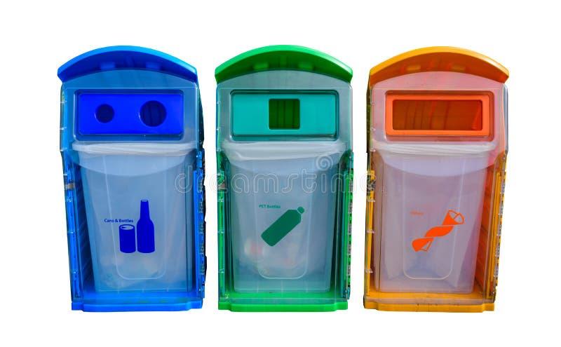 Différents colorés réutilisent des poubelles d'isolement sur le fond blanc image libre de droits