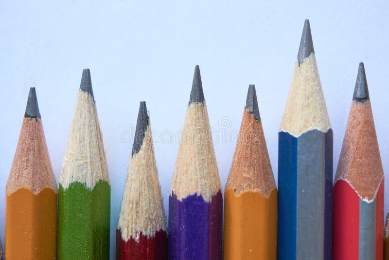 Différents crayons dans une rangée photographie stock libre de droits