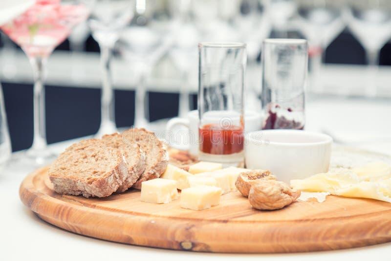 Différents fromages délicieux sur le conseil rond en bois image stock