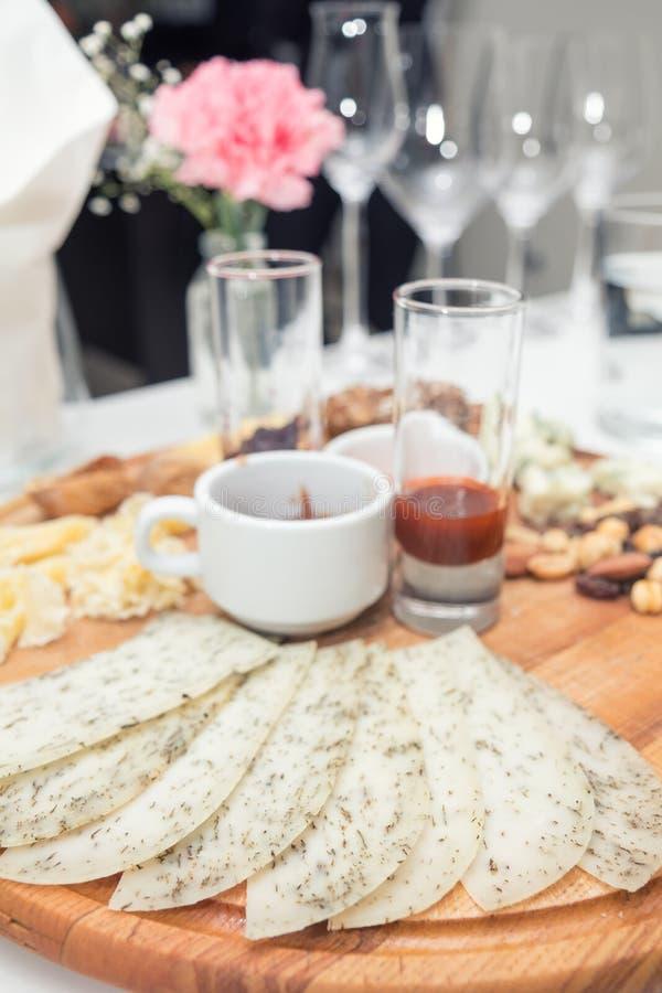 Différents fromages délicieux sur le conseil rond en bois photographie stock