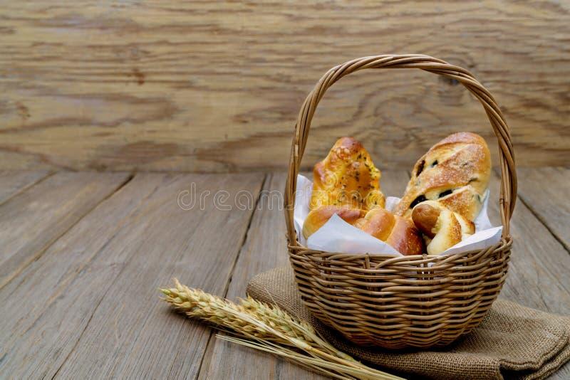 Différents fromages frais pain de saucisse Dans la corbeille sur fond de bois photo libre de droits