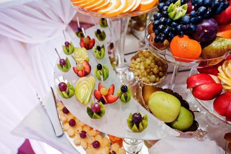 Différents fruits délicieux sur la table de réception de mariage images stock