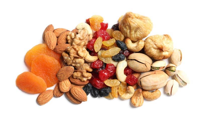 Différents fruits et écrous secs sur le fond blanc photo libre de droits