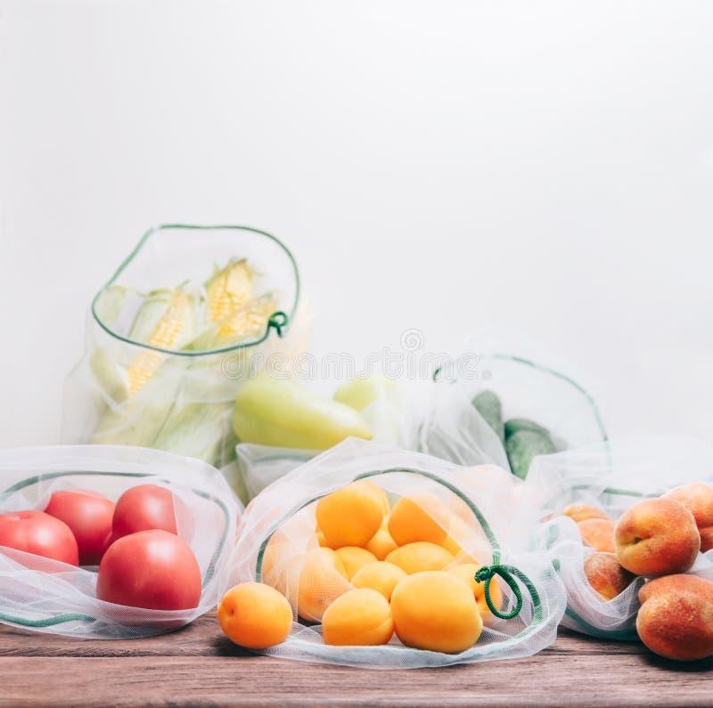 Différents fruits frais et légumes dans les sacs réutilisables image stock