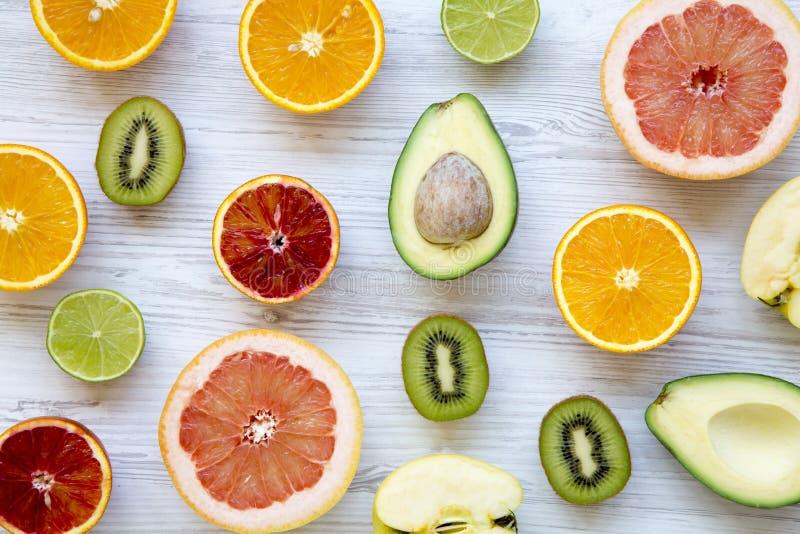 Différents fruits frais sur la table en bois blanche, vue supérieure photos stock