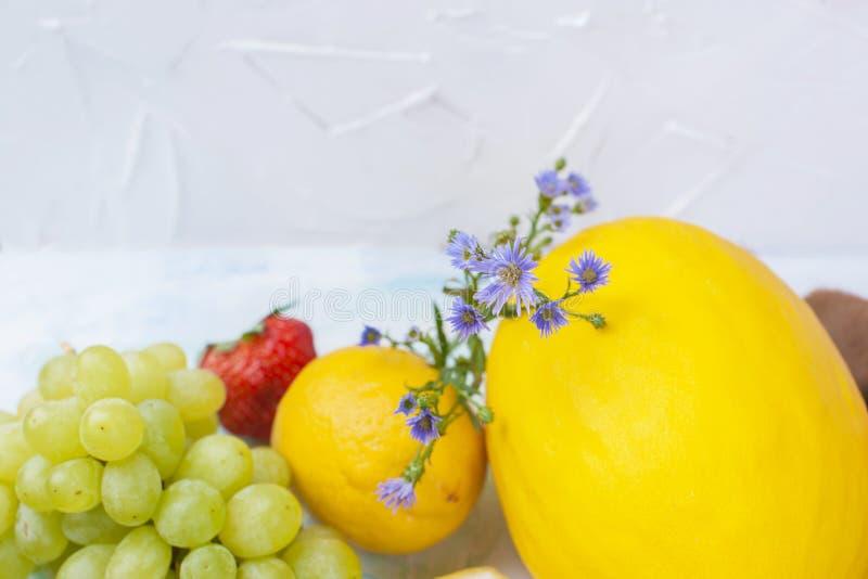 Différents fruits sur le fond blanc, nourriture saine, régime végétarien Copiez l'espace photo stock