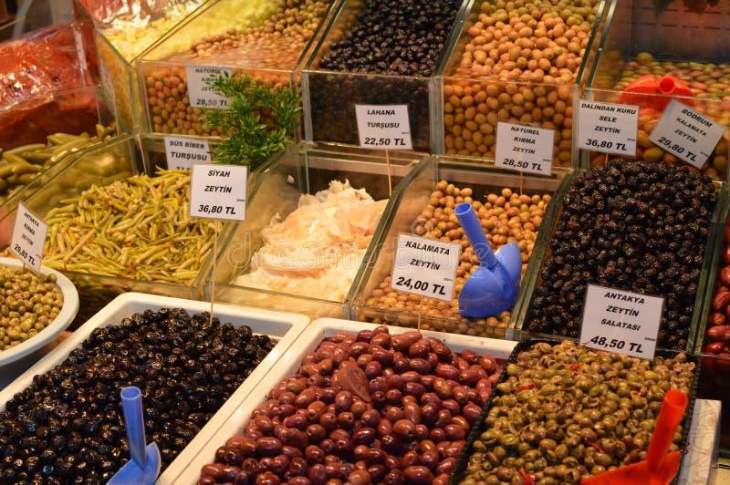 Différents genres d'olives marinées photo stock