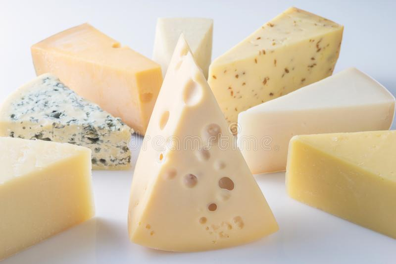 Différents genres de fromages d'isolement sur le fond blanc photo stock