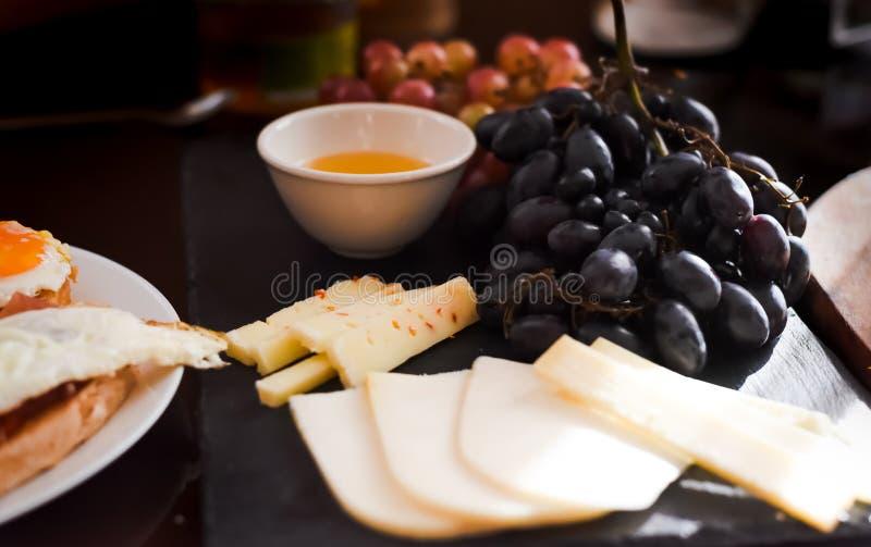 différents genres de fromages, miel, raisins sur une table Foyer sélectif Copiez l'espace photographie stock libre de droits