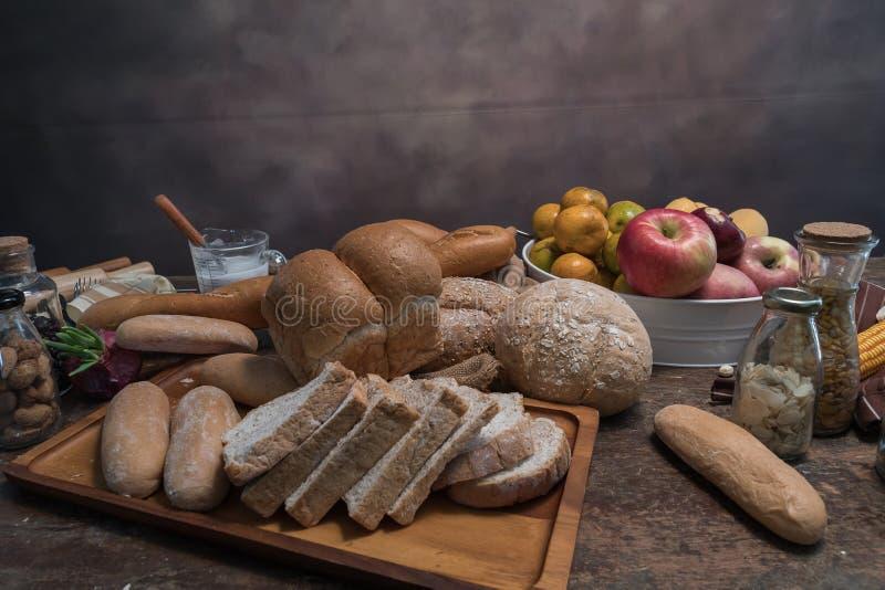 Différents genres de petits pains de pain sur la table en bois d'en haut Conception d'affiche de cuisine ou de boulangerie photos libres de droits