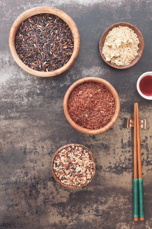 Différents genres de riz et de baguette photographie stock