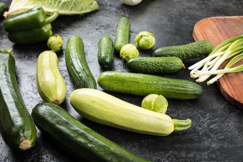 Différents légumes saisonniers frais verts photos stock