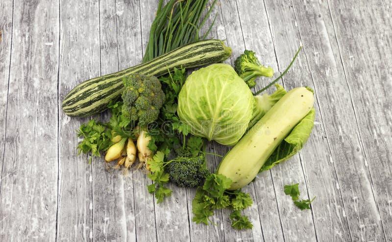 Différents légumes verts frais image stock