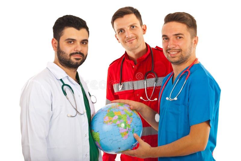 Différents médecins avec le globe du monde photos libres de droits