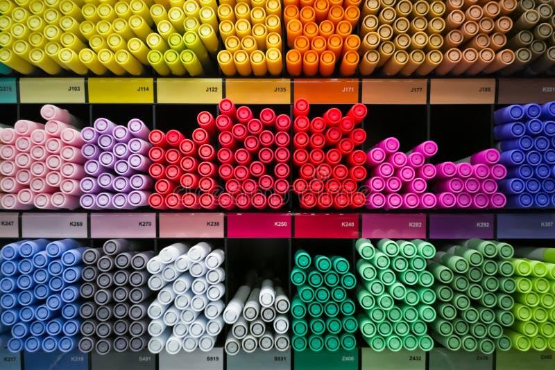 Différents marqueurs ou stylos d'arc-en-ciel sur les shelfs image libre de droits