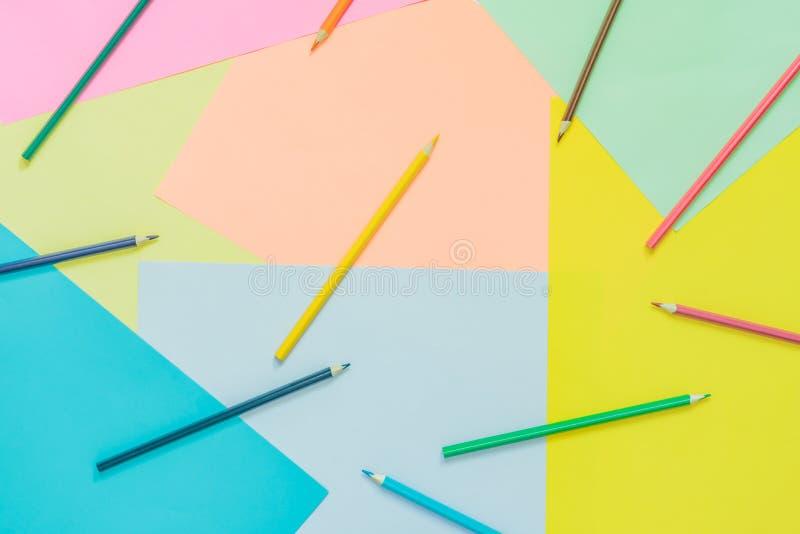 Différents milieux au néon à la mode multicolores de résumé avec des crayons et endroit pour le texte Vue sup?rieure photographie stock