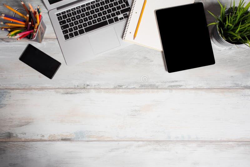 Différents outils de travail dans le bureau photographie stock
